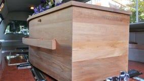 Kleurrijke kist in een lijkwagen of een kapel vóór begrafenis of begrafenis bij begraafplaats stock foto's