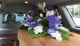 Kleurrijke kist in een lijkwagen of een kapel vóór begrafenis of begrafenis bij begraafplaats stock fotografie