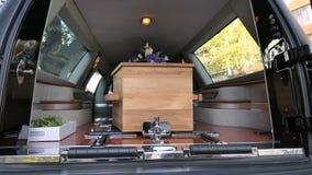 Kleurrijke kist in een lijkwagen of een kapel vóór begrafenis of begrafenis bij begraafplaats royalty-vrije stock afbeelding