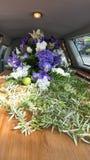 Kleurrijke kist in een lijkwagen of een kapel vóór begrafenis of begrafenis bij begraafplaats royalty-vrije stock fotografie