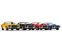 Kleurrijke klassieke spierauto's op een rij Royalty-vrije Stock Foto's