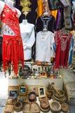 Kleurrijke Kleding voor Verkoop in Markt in Houmt Gr Souk in Djerba, Tunesië stock fotografie