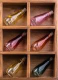 Kleurrijke kleine flessen in een houten doos royalty-vrije stock afbeelding