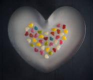 Kleurrijke kleine grote hartenachtergrond stock foto's