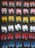 Kleurrijke kleine houten schoenen in Amsterdam royalty-vrije stock foto