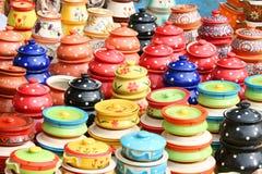 Kleurrijke kleipotten Stock Foto's