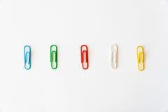- kleurrijke klemmen op een rij Royalty-vrije Stock Afbeeldingen