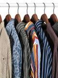 Kleurrijke kleren op een rek Royalty-vrije Stock Foto's
