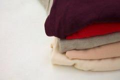 Kleurrijke kleren op plank Royalty-vrije Stock Fotografie