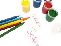 Kleurrijke kleurpotloden en waterverven, terug naar school Stock Afbeeldingen