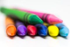 Kleurrijke Kleurpotloden op een witte achtergrond met selectief onduidelijk beeld stock afbeeldingen