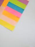 Kleurrijke kleverige nota's over een witte achtergrond met vrije tekstruimte Stock Fotografie