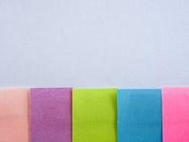 Kleurrijke kleverige nota's over een witte achtergrond met vrije tekstruimte Royalty-vrije Stock Afbeeldingen