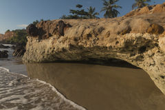 Kleurrijke klippen op het strand - Zonsopgang royalty-vrije stock foto