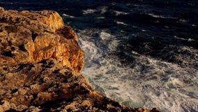 Kleurrijke klippenlijn met diep blauwe oceaan en brekende golven stock videobeelden