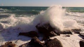 Kleurrijke klippenlijn met diepe blauwe oceaan stock video