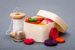 Kleurrijke knopen in houten doos Royalty-vrije Stock Afbeelding