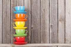 Kleurrijke koffiekoppen op plank Stock Foto