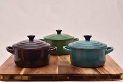 Kleurrijke kokende potten op een houten raad royalty-vrije stock foto's