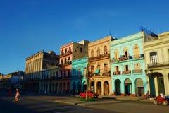 Kleurrijke koloniale gebouwen met oude uitstekende auto's, Havana, Cuba Stock Foto