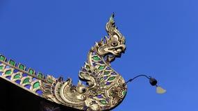 Kleurrijke Koning van nagas met kleine klok op tempeldak Stock Foto's