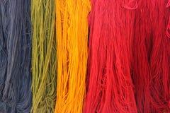 Kleurrijke koorden van garen bij opslag royalty-vrije stock foto's
