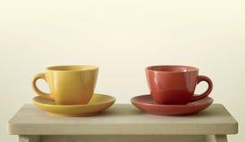 Kleurrijke koppen op lijst stock foto