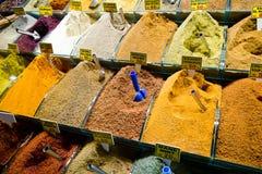 Kleurrijke Kruiden die op Grote Bazaar verkopen royalty-vrije stock fotografie