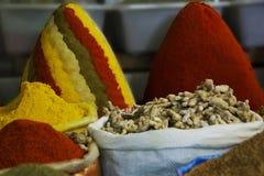 Kleurrijke kruiden op de bazaar van Marokko stock fotografie