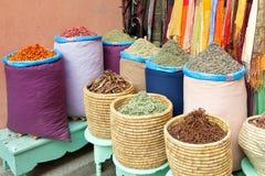 Kleurrijke kruiden in zakken bij markt Stock Afbeeldingen