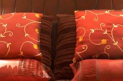 Kleurrijke kussens op het bed stock foto's