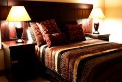 Kleurrijke kussens op het bed stock afbeelding