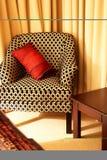 Kleurrijke kussens op het bed royalty-vrije stock fotografie