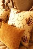 Kleurrijke kussens op het bed stock foto