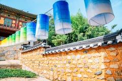 Kleurrijke lantaarns en Koreaanse traditionele steenmuur bij Beomeosa-tempel in Busan, Korea royalty-vrije stock foto's