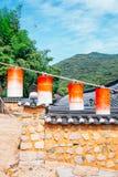 Kleurrijke lantaarns en Koreaanse traditionele steenmuur bij Beomeosa-tempel in Busan, Korea stock foto's