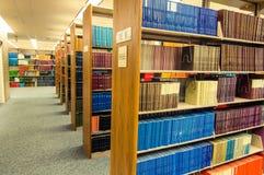 Kleurrijke Leer verbindende boeken in een medische bibliotheek stock fotografie