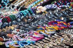 Kleurrijke leerarmbanden, parels, toebehoren en herinneringen royalty-vrije stock foto's