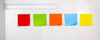Kleurrijke lege kleverige nota's over koelkast Royalty-vrije Stock Foto's