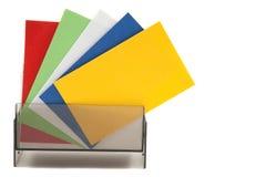 Kleurrijke lege naamkaarten in een doos Stock Afbeeldingen