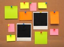 Kleurrijke lege nota's en fotoframes Stock Fotografie