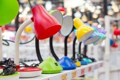 Kleurrijke Lezingslampen op de plank royalty-vrije stock afbeeldingen