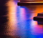 Kleurrijke lichte bezinning over het water Royalty-vrije Stock Afbeelding