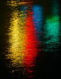 Kleurrijke lichte bezinning over het water Stock Foto's