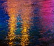 Kleurrijke lichte bezinning over het water Stock Afbeeldingen