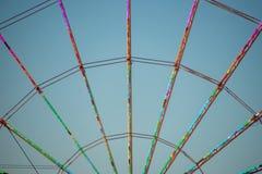 Kleurrijke lichtenlijn spokes van ferriswiel stock foto