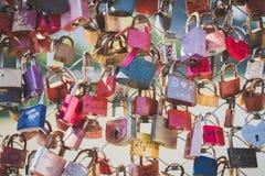 Kleurrijke liefdesloten op een brug royalty-vrije stock afbeelding