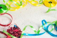 Kleurrijke lintstrepen en booggrens op geweven document achtergrond met lege ruimte op centrum voor uw ontwerp Royalty-vrije Stock Fotografie