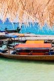 Kleurrijke longtailboten Stock Afbeeldingen