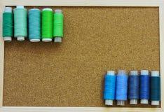 Kleurrijke loopvlakken voor het naaien Naaiende levering en toebehoren voor handwerkschaar, naalden, gele metende band, draad op  royalty-vrije stock afbeelding